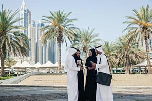 groep van Arabische zakenmensen buitenshuis