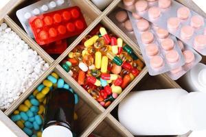 píldoras médicas, ampollas en caja de madera, primer plano