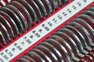 óptico con conjunto de monturas de prueba y lentes de prueba