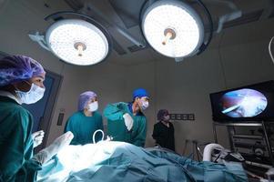 Grupo de veterinario médico en quirófano para cirugía laparoscópica foto