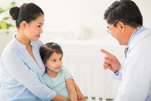 hablando con un paciente joven