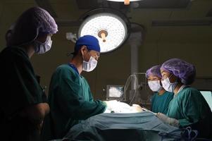 Grupo de cirugía veterinaria en quirófano foto