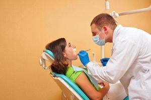niña en examen al dentista foto