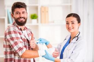 hombre herido en médico foto