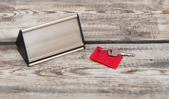 llave con etiqueta en blanco y placa de metal
