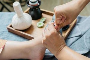 serie de masajes tailandeses: masaje de pies y piernas foto
