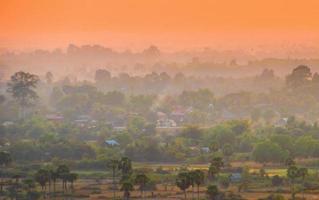 puesta de sol sobre ciudad asiática y selva