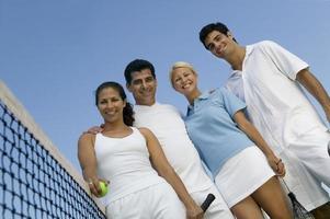 tennissers met rackets en bal op de baan