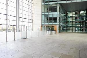 puertas de seguridad en el lobby de un gran negocio corporativo foto