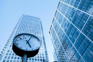 escritório comercial de arranha-céus, edifício corporativo em canary wharf, londres, inglaterra,
