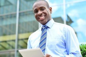 ejecutivo corporativo usando una tableta