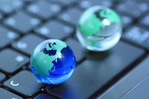 glazen bol over toetsenbord