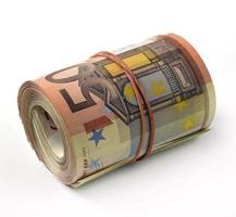 billete de euro doblado en un rollo