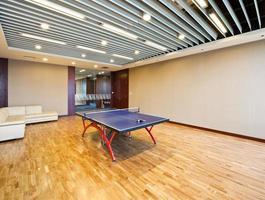 sala de jogos para tênis de mesa na academia.