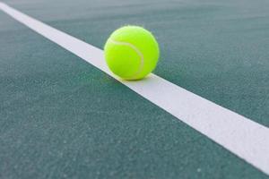 cancha de tenis con pelota closeup foto