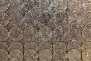 dezelfde Amerikaanse munten op een glazen tafel