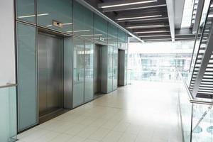 ascensores en el pasillo vacío de un negocio corporativo foto