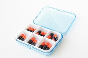 pastillas y cápsulas en caja de medicina foto