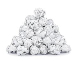 Montón de papel arrugado aislado sobre fondo blanco.