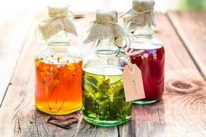 hierbas saludables en botellas como una cura alternativa