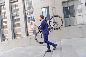 buen hombre con bicicleta foto