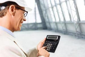 arquitecto agradable con calculadora foto