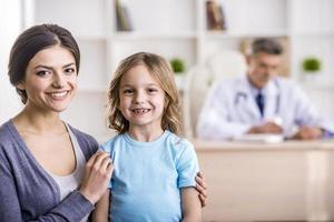 Mamá con niño en el médico.