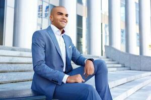 buen hombre de negocios sentado en las escaleras foto