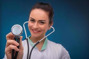 Doctora sobre fondo azul foto