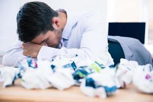 empresário cansado sentado à mesa no escritório