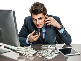 exitoso hombre de negocios va a hacer una llamada por teléfono celular