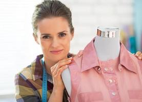 Retrato de costurera cerca del maniquí foto