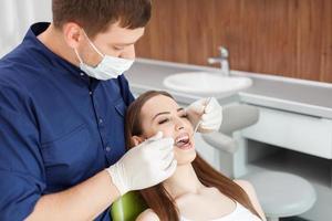 belle jeune fille est venue voir un médecin dentaire