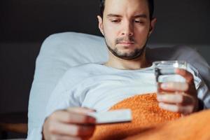 uomo malato con influenza