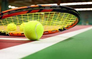 Pelota .tennis en una cancha de tenis foto