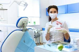 dentista en máscara con manzana verde. foto