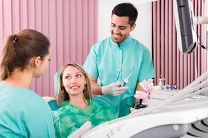 dentista en consultorio foto