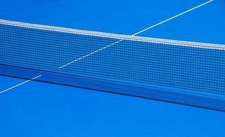 mesa y rejilla para jugar tenis de mesa