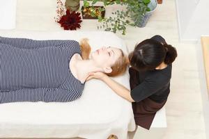 vrouwen die een massage ondergaan