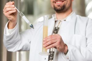 bierbrouwer in zijn brouwerij onderzoeken
