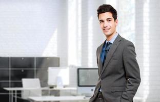 jovem gerente em seu escritório