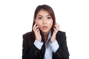 jovem empresária asiática chocada