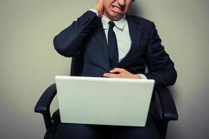 empresario con dolor de cuello foto