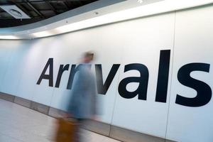 Desenfoque movimiento personas llegadas hora pico aeropuerto de Heathrow, Londres, Reino Unido foto