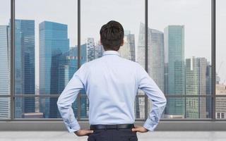 uomo d'affari in piedi in ufficio
