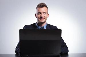 hombre de negocios trabaja en su computadora portátil foto