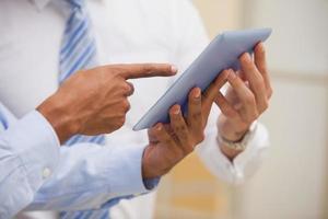 seção intermediária de empresários usando tablet digital