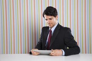 empresario utilizando un dispositivo de tableta