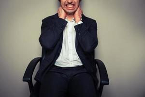empresario con dolor de cuello