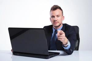 hombre de negocios en puntos de laptop en usted foto